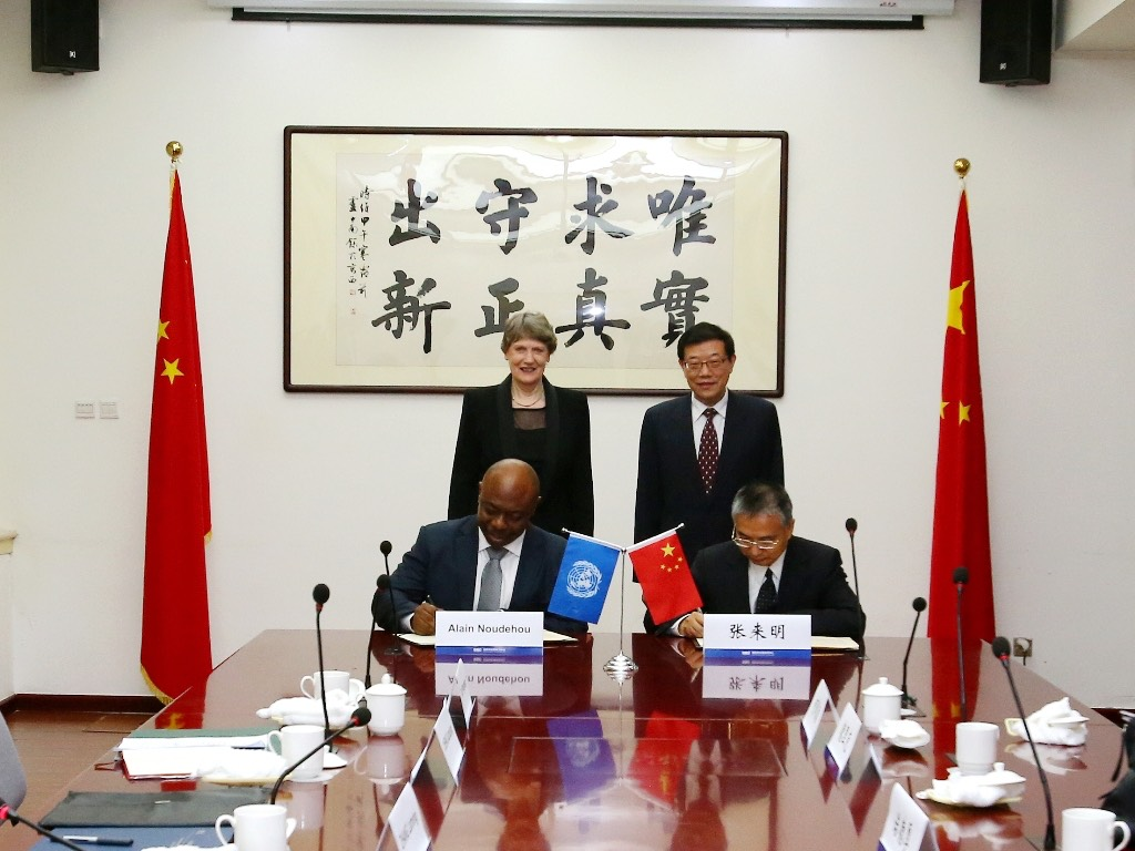 Li Wei 李伟, head of the Development Research Center of the State Council, and then UNDP Administrator Helen Clark oversee the signature of an MoU, October 2015.