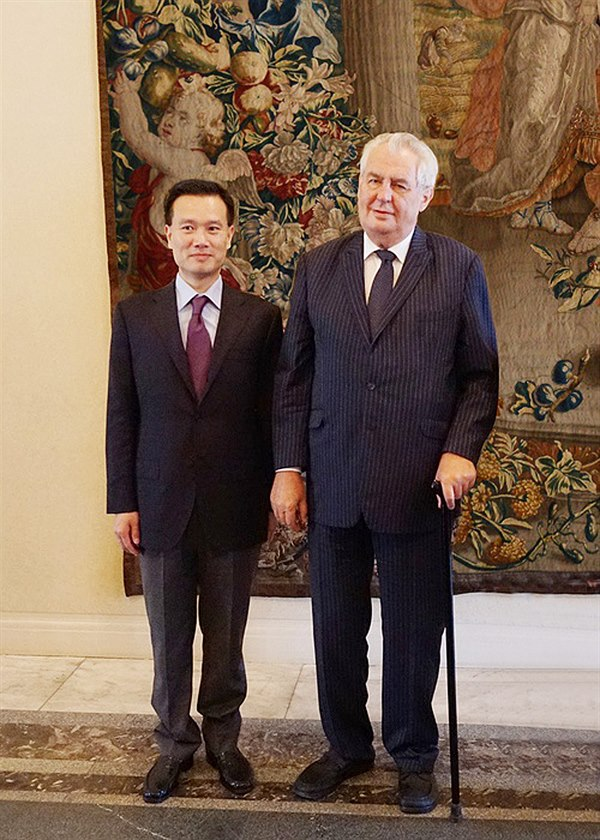 Czech president Miloš Zeman with CEFC chairman Ye Jianming, January 2016. Source: Wj887, CC-BY-SA, via Idnes.